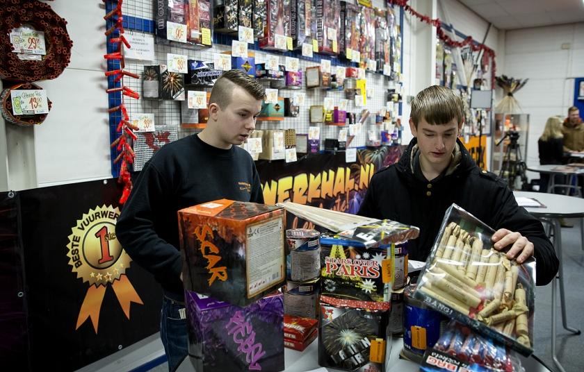 In de Rijswijkse Vuurwerkhal melden de eerst klanten zich voor het ophalen van hun vuurwerk.  Op dit moment is het kopen en verkopen van vuurwerk sinds dinsdag wel toegestaan, maar het afsteken ervan nog niet  (anp / Bart Maat)