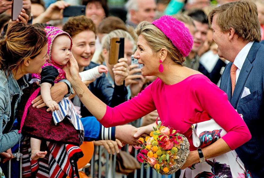 Om een glimp op te vangen van koning Willem-Alexander en koningin Máxima zijn donderdag veel mensen naar de haven van Urk gekomen.  Het koninklijk paar wordt toegezongen en krijgt veel geschenken aangeboden  (anp / Koen van Weel)