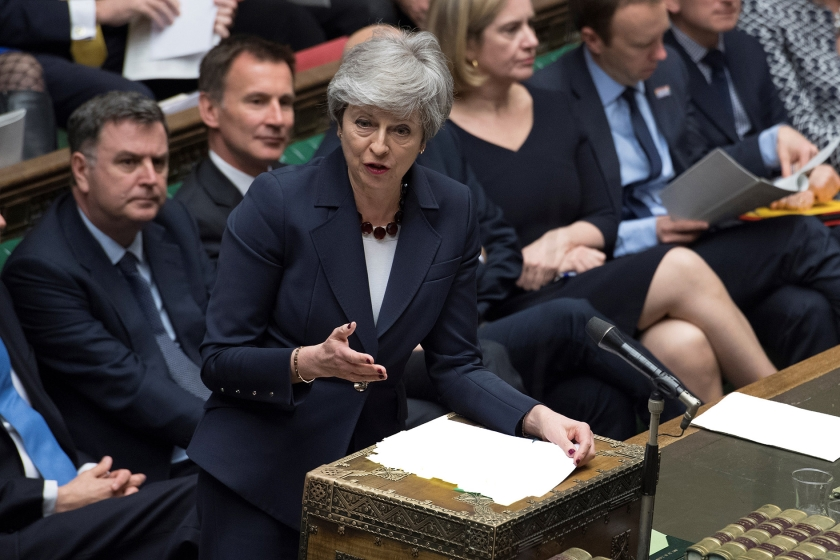 De Britse premier Theresa May hoopt op steun voor haar brexitplan in ruil voor het opgeven van haar eigen positie.  (afp / Jessica Taylor)