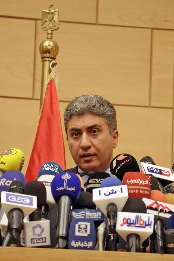 De Egyptische minister van Luchtvaart Sherif Fathi geeft in Caïro een persconferentie over de vliegramp.   (ap / Ahmed Abd el Fattah)