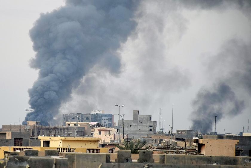 Rook hangt boven Ramadi, als Iraakse troepen met Amerikaanse luchtsteun de stad op ISIS heroveren.  (ap)