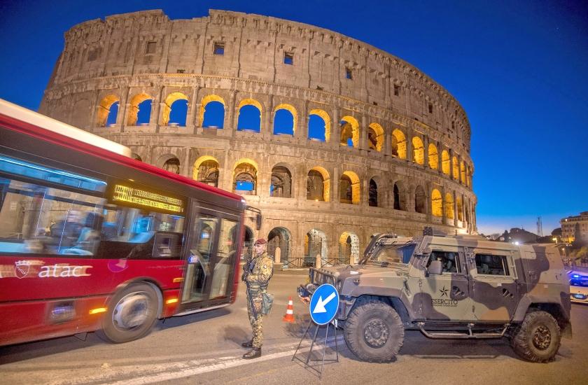 Een Italiaanse soldaat voert in Rome een patrouille uit bij het Colosseum. Het monument is een van de plekken die mogelijk het doelwit kunnen zijn van een terroristische aanslag. De veiligheidsmaatregelen in Italië zijn opgevoerd na de bloedige aanslag in Berlijn van vorige week, en nadat de dader van die aanslag, de Tunesiër Anis Amri, in de Italiaanse stad Milaan door de politie is gedood. <  (ap / Claudio Peri)