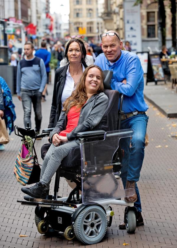 Noortje van Lith was donderdagmiddag – met haar ouders – in Den Haag, om 23.000 handtekeningen aan te bieden aan de Tweede Kamer, voor een betere financiële positie van mensen met een arbeidsbeperking.   (Dirk Hol)
