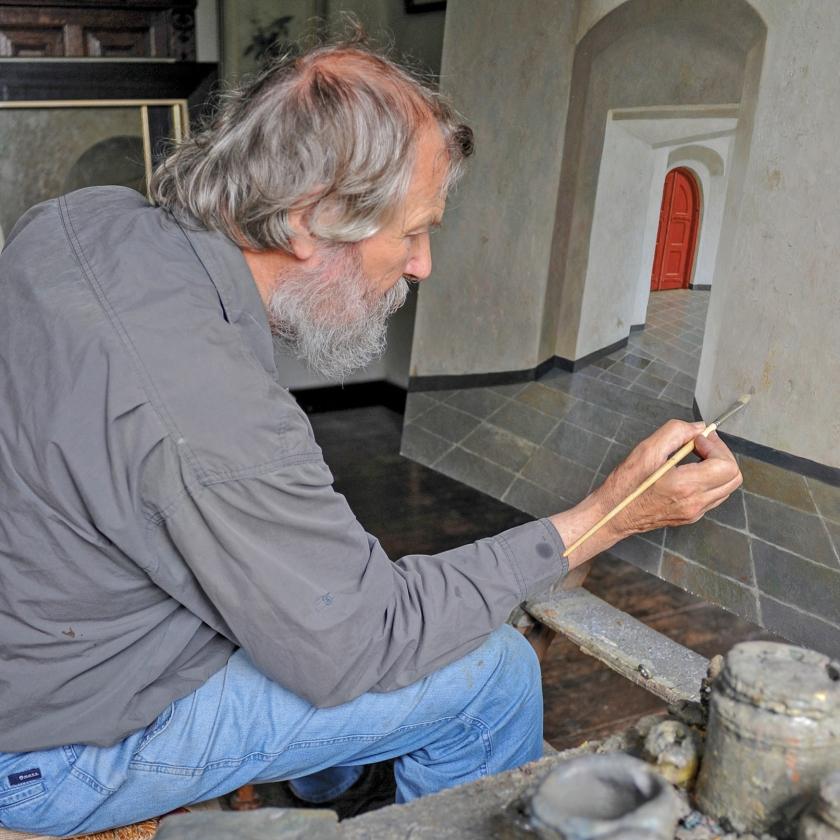 Geregeld zat schilder Henk Helmantel deze zomer op een keukenstoel in de Grote Kerk in Dordrecht.  Hij maakte schetsen van het kerkinterieur, die hij later in zijn atelier uitwerkte tot een schilderij   (vereniging van vrienden van de grote kerk dordrecht)