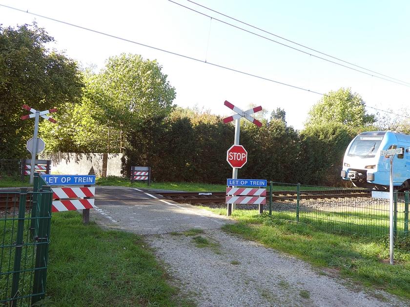 De onbewaakte overweg in Lunteren die spoorbeheerder Prorail graag snel wil sluiten.  (nd)