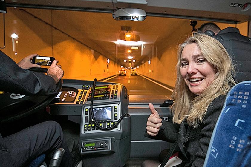 De foto van minister Schultz naast de filmende chauffeur leidde tot ophef.  (anp / Marcel van Hoorn)
