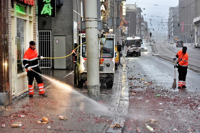 Gemeentewerkers ruimen op in Amsterdam. In het hele land deden duizenden particulieren mee aan een schoonmaakactie van Stichting Nederland Schoon.  (anp / Evert Elzinga)