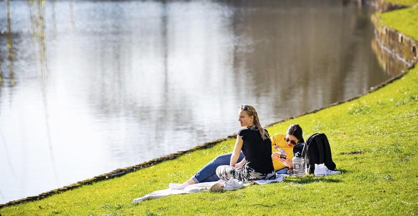 Zonliefhebbers op het gras in de zon in Zwolle op weer een mooie lentedag in februari.  In Arcen bereikte de temperatuur woensdag 20,5 graden  (anp / Piroschka van de Wouw)