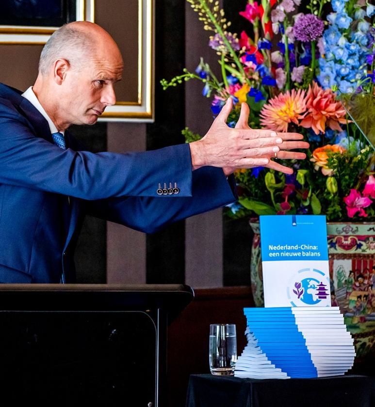 Minister Stef Blok geeft een toelichting op de China-strategie.   (anp / Remko de Waal)
