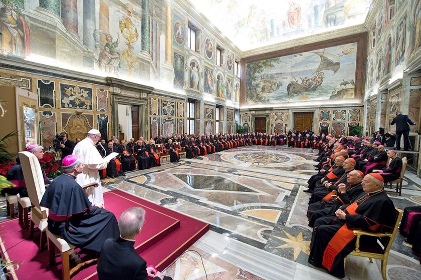 Paus Franciscus tijdens zijn kersttoespraak tot de curie, donderdag in het Vaticaan.  (ap)