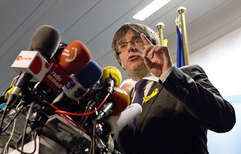 De naar België uitgeweken Catalaanse leider Carles Puigdemont nodigde vrijdag in Brussel de Spaanse premier Mariano Rajoy uit voor een ontmoeting 'zonder voorwaarden vooraf' ergens in Europa, maar niet in Spanje.  (ap / Virginia Mayo)