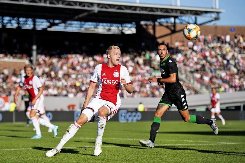 Met Hakim Ziyech en André Onana als toeschouwers op de tribunes van het Olympisch Stadion verloor Ajax maandag van Panathinaikos (1-2). Beide spelers hadden nog vakantie, omdat ze met hun land actief waren op het toernooi om de Afrika Cup. 'Maar ze zijn heel gemotiveerd om weer te beginnen', zegt trainer Erik ten Hag. Mogelijk spelen zij zaterdag in de wedstrijd tegen PSV. <  (anp / Olaf Kraak)