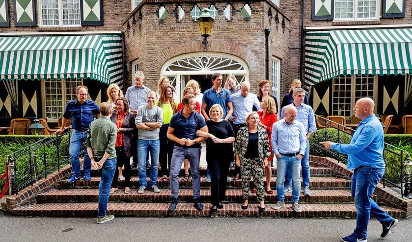De bewindslieden in vrijetijdskleding bijeen in de tuin van hotel Bos en Ven in Oisterwijk.  (anp / Robin van Lonkhuijsen)