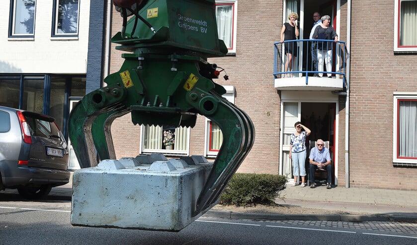 In Zundert wordt voorafgaand aan het bloemencorso een betonblok geplaatst. Het was dit jaar voor het eerst dat de blokken werden ingezet.  (Marcel van den Bergh)