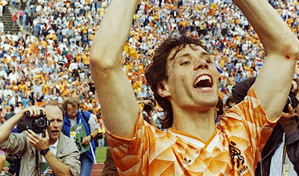Marco van Basten met de Europese beker voor landenteams in 1988.