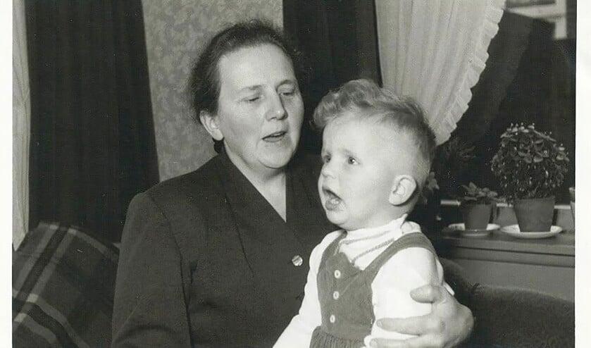 Twee jaar is Henk hier, op schoot bij zijn moeder.  Een nakomer, geboren en opgegroeid in Veenendaal, met een tien jaar oudere broer en dertien jaar oudere zus  (Dick Vos)