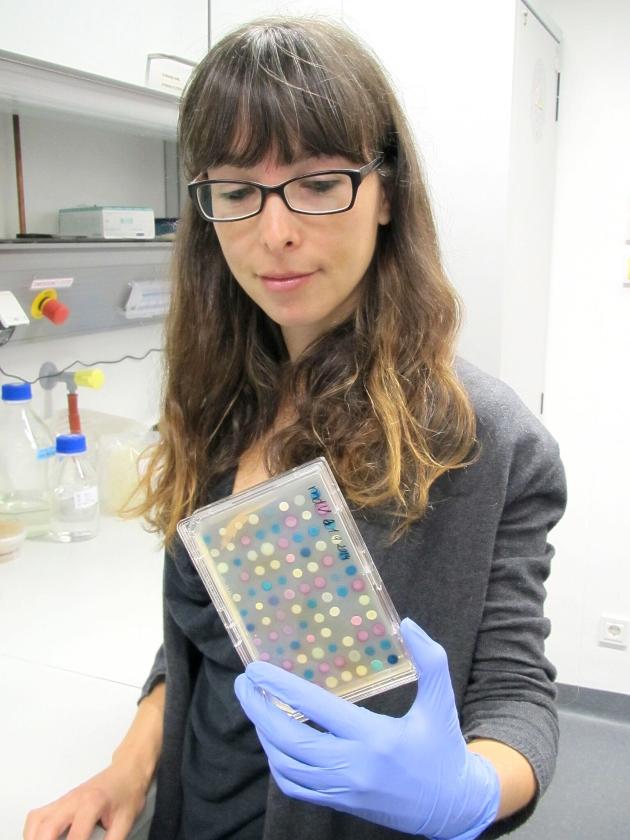 Marjon de Vos in het laboratorium.