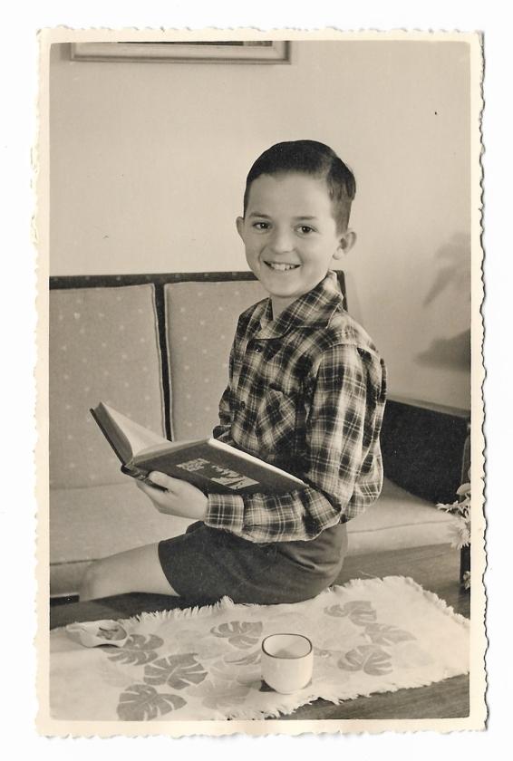 'Ik denk dat ik op deze foto een jaar of tien ben. Het is een van de weinige foto's die er van mij gemaakt zijn als kind. Wij maakten thuis vrijwel nooit foto's. We hadden een echt praatgezin, knuffelen was er zelden bij. Humor, dát was belangrijk. Ik vond het prima zo.'