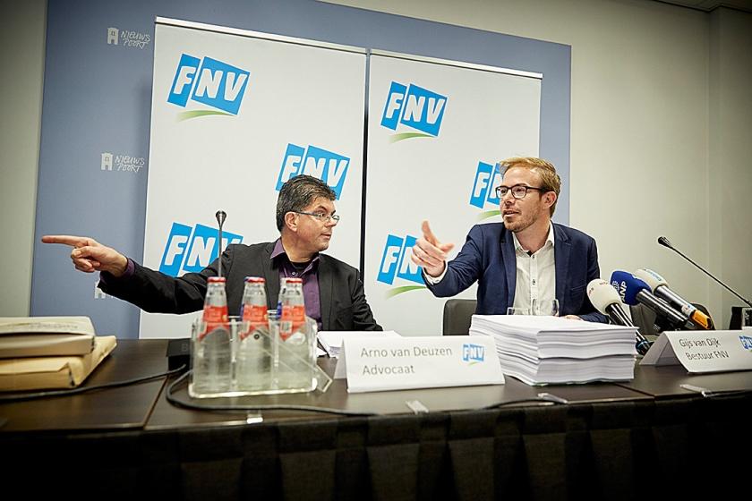 Advocaat Arno van Deuzen en FNV-bestuurder Gijs van Dijk tijdens de persconferentie over de uitspraak van de rechter in de zaak van Meavita.  (anp / Martijn Beekman)