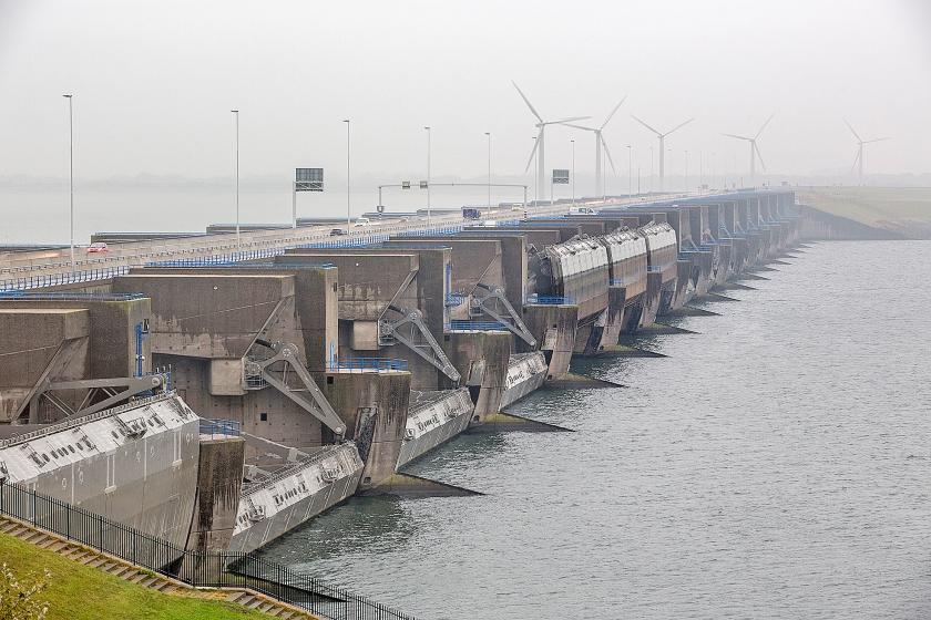 De Haringvlietsluizen zijn aangewezen als rijksmonument.  Het is de eerste waterkering in Nederland die deze status krijgt  (anp / Arie Kievit)