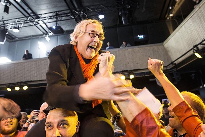 Terwijl ze door aanhangers wordt toegejuicht en op de schouders wordt rondgedragen, kan Lutz Jacobi (PvdA) haar geluk niet op, na het bekend worden van de uitslag van de herverdelingsverkiezingen van zeven Friese gemeenten.  (anp / Vincent Jannink)