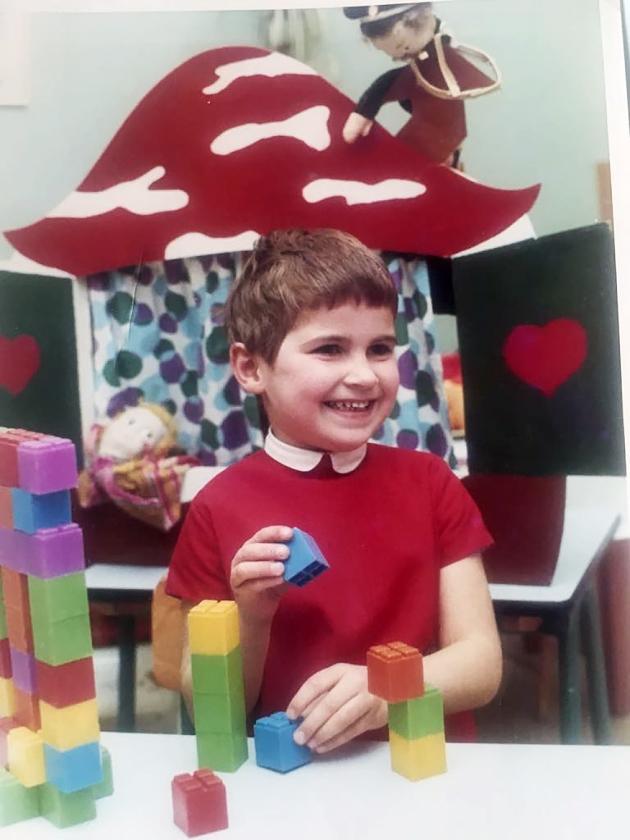 Dit is een officiële schoolfoto van de kleuterschool, en ik was hier vier of vijf jaar.  In die tijd moesten we veel fröbelen en knutselen, en daar was ik erg slecht in