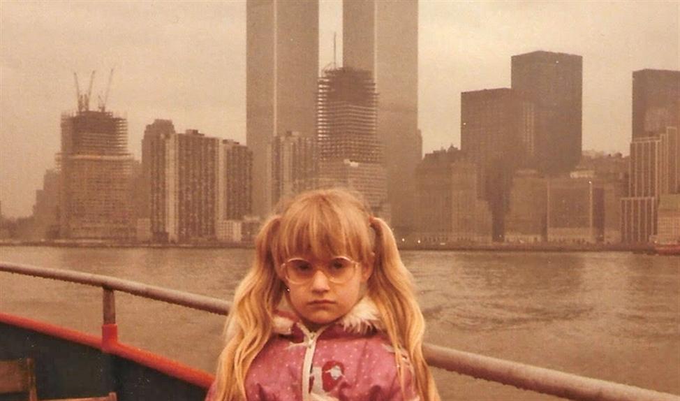 'Hier zie je mij als dat meisje met haar dikke spekbrilletje, in New York. Mijn vader gaf er een lezing in het Vistahotel, tussen de Twin Towers. Hij kreeg een eersteklasticket en boekte die om tot drie tweedeklastickets, zodat mijn moeder en ik mee konden. Binnenkort vlieg ik opnieuw naar New York voor mijn nieuwe boek. Het gaat de levens van zo veel vrouwen veranderen.'