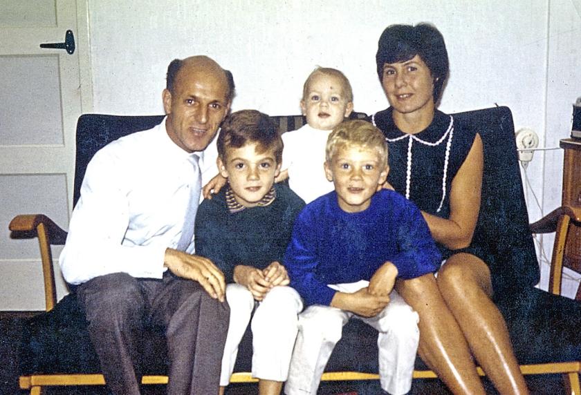 'Dit is in 1966, een beeld van ons gezin, thuis in Amsterdam. Ik was een jaar of acht. Ik weet niet meer dat-ie genomen werd, maar de bank, die kleding, die herken ik nog. We waren een hecht gezin.' André zit direct naast zijn vader op de bank.