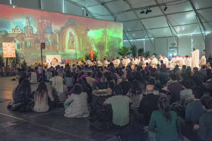 Een van de gebedsvieringen in Valencia volgens een beproefd Taizérecept: liederen zingen, Schriftlezing en stilte.  (Wiesia Klemens)