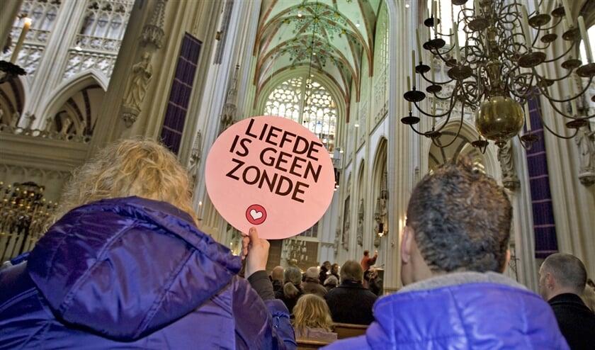 Protest tijdens een eucharistieviering tegen de houding van de Rooms-Katholieke Kerk tegenover homoseksualiteit.  (anp / Ed Oudenaarden en Elisabeth van Munster)
