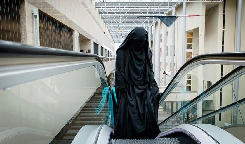 Bezoekster van de Tweede Kamer, gekleed in een nikab.  (anp / Bart Maat)