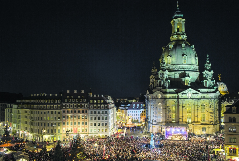 Duizenden mensen bezochten woensdagavond een traditionele kerstnachtdienst in de openlucht voor de Frauenkirche aan de Neumarkt in Dresden, Duitsland. <  (ap /)