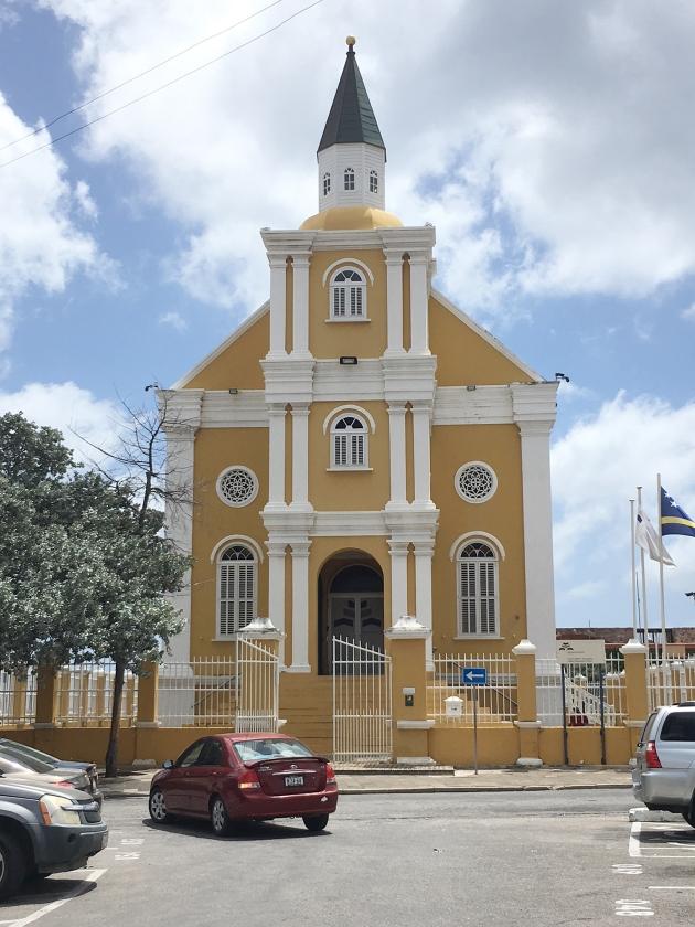 Het joodse bedehuis de Tempel, fraai gerestaureerd, waar nu het Openbaar Ministerie in zetelt.