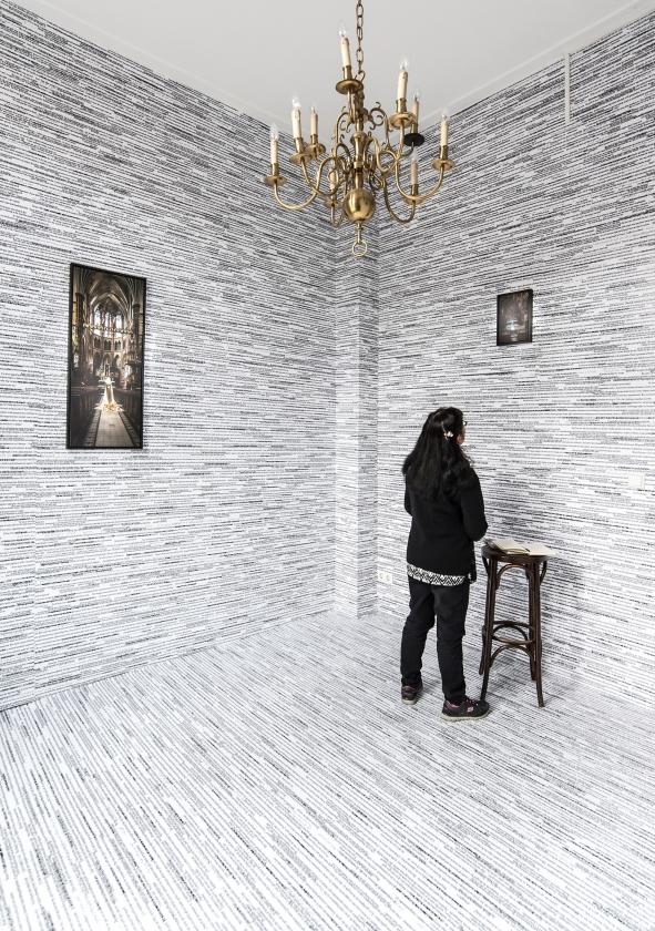 De vloer en wanden van een ruimte in de Syrisch-orthodoxe kerk zijn bekleed met quotes van vluchtelingen.   (Martin Waalboer)