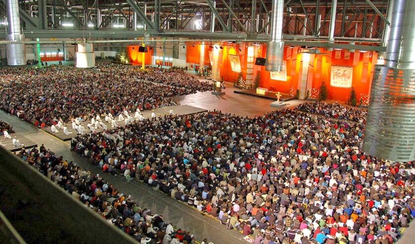 Duizenden jongeren in Riga tijdens een gezamenlijke viering, die allesbehalve een festivalsfeer ademt.  (faceboook / taizé)