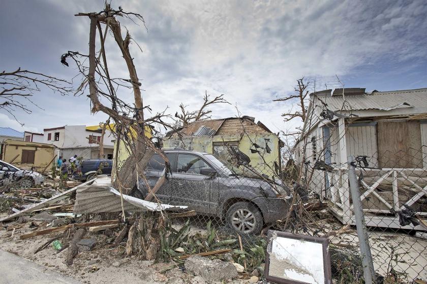 De chaos na de orkaan Irma is groot op Sint Maarten. Voorlopig bestaat het werk van Nederlandse militairen die daar helpen vooral uit noodhulp en het handhaven van de orde.  (epa / Gerben van Es en Kees Broere)
