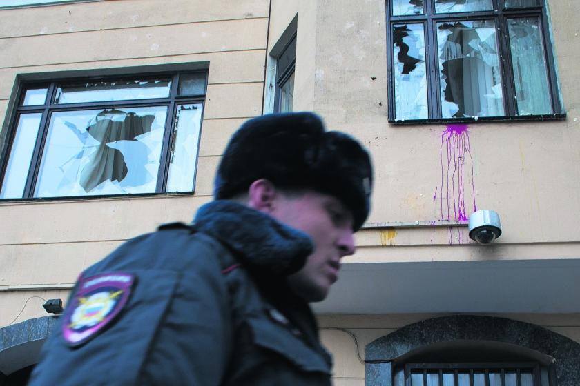 De Turkse ambassade in Moskou is woensdag met eieren en stenen bekogeld. Aanleiding is het neerschieten van een Russisch gevechtsvliegtuig door Turkije.  (ap / Ivan Sekretarev)