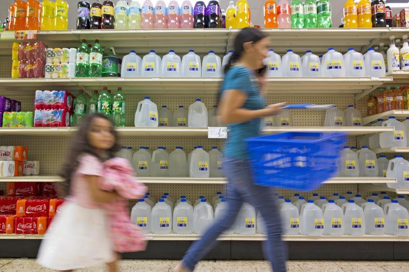 Klanten slaan bij de supermarkt voorraden in vanwege de naderende orkaan Irma. Vooral water en blikvoedsel worden massaal ingeslagen.  (ap)