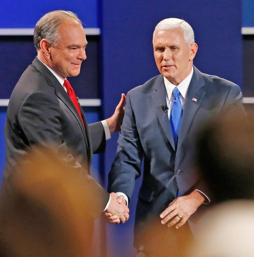 De vicepresidentskandidaten Time Kaine (links) en Mike Pence kunnen nog lachen na het debat.   (ap / Steve Helber)