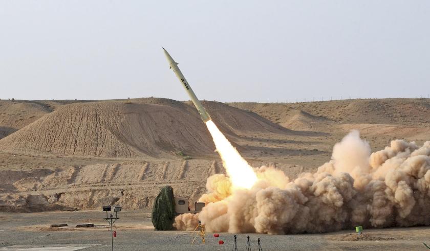 De lancering van een Fateh-110raket in Iran. Israël ziet deze raket in handen van Hezbollah als een ontoelaatbare bedreiging.  (ap / iraanse ministerie van defensie)