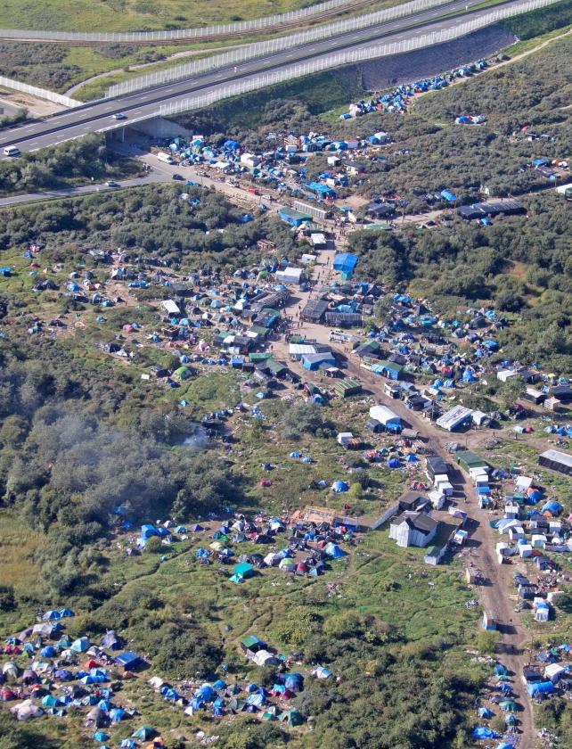 Blik vanuit de lucht op het junglekamp bij Calais. Donderdag bepaalde de Franse rechter dat het zuidelijke deel van het kamp ontruimd mag worden. Geprobeerd wordt de bewoners te overreden om zelf te vertrekken.   (ap / Michel Spingler)
