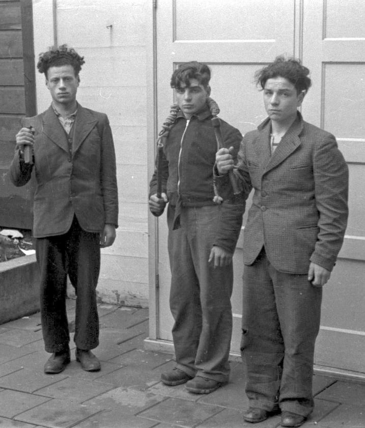 Drie Joodse jongemannen die tijdens de Februaristaking werden gearresteerd, moeten poseren voor de Duitse politiefotograaf. V.l.n.r. Meier van West en de broers Lard en Filip Zilverberg.   (niod / beeldbank wo2)