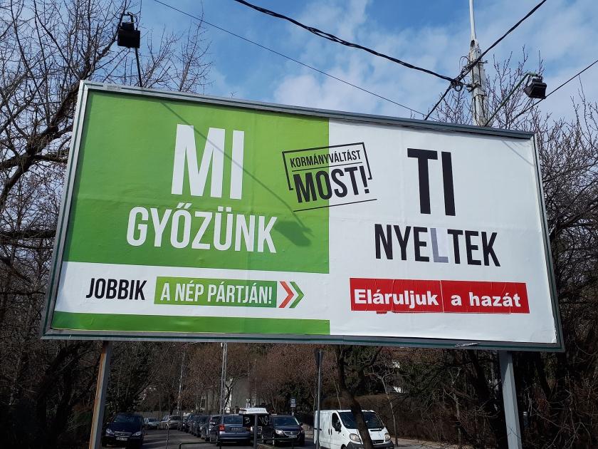 Veel verkiezingsplakkaten in Hongarije dicteren het wij-zij'-denken.  (nd)