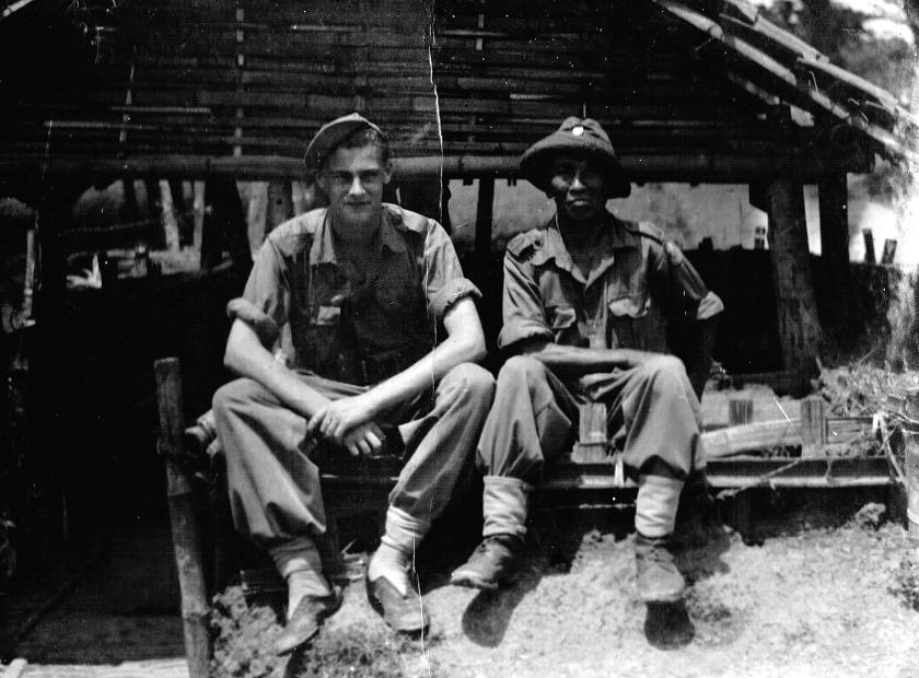 Leendert Kaptein (l.) met een van zijn spionnen in de binnenlanden van Java.