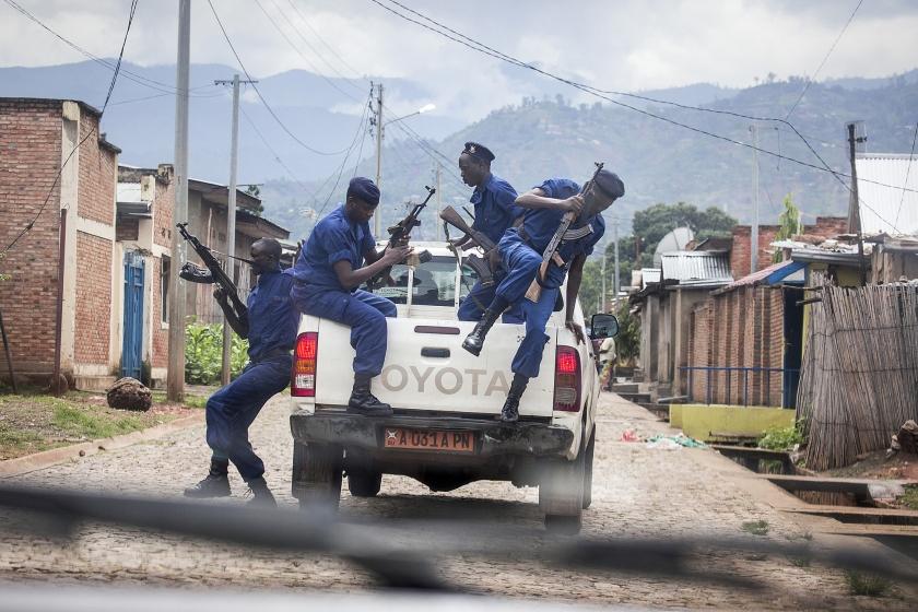 Een politie-eenheid in een wijk van de Burundese hoofdstad Bujumbura.  (Sven Torfinn)