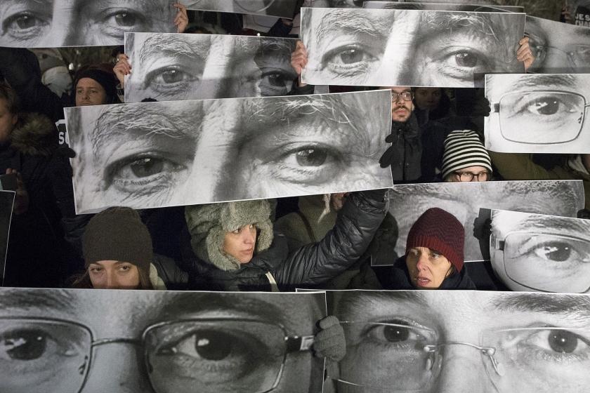 Betogers in New York houden borden omhoog met afbeeldingen van de ogen van slachtoffers van de aanslag op het Franse satirische tijdschrift Charlie Hebdo.  (ap / John Minchillo)
