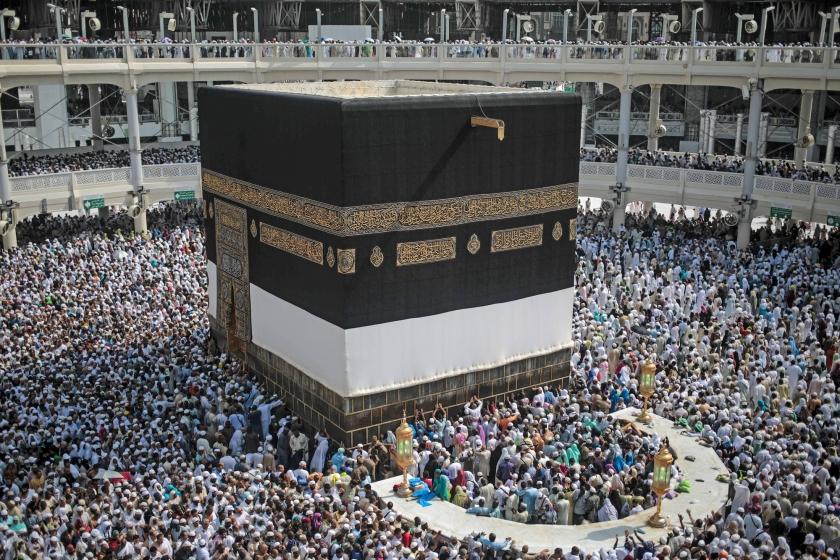 Moslims drommen samen bij de Kaaba in de Saudische stad Mekka, tijdens de jaarlijkse hadj. Dit jaar vielen door een stampede bij de pelgrimstocht zeker 2411 doden, meldde Associated Press op basis van berichten in de media en mededelingen van landen waarvan burgers aan de hadj deelnamen. Saudi-Arabië houdt het nog altijd op 769 doden. <  (ap / Mosa'ab Elshamy)