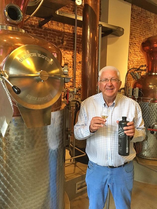 Meester-distillateur Piet van Leijenhorst.   (Marco BosmansHet is van alle afleveringen in deze zomerserie de drank die we tekort doen met één pagina.  De hele krant zouden we kunnen vullen met de oorsprong, de bereiding en het wereldwijde succes van jenever)