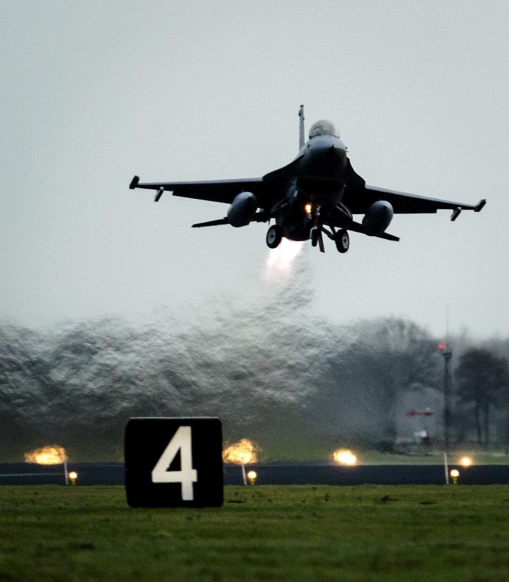 Nederlandse F-16's vertrekken vanaf vliegbasis Volkel naar het Midden-Oosten om daar met de coalitie tegen Islamitische Staat de strijd tegen de terreurorganisatie voort te zetten. Eind vorig jaar kwam er groen licht voor de verlenging van de Nederlandse deelname aan de strijd tegen ISIS.  (anp / Robin van Lonkhuijsen)
