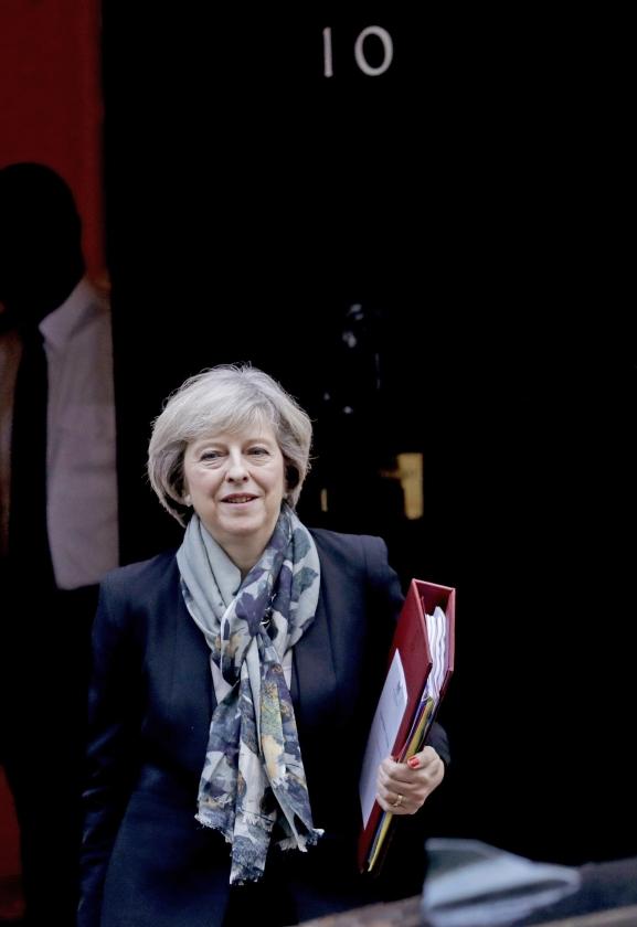 De Britse premier Theresa May wil zich terecht de leiding over de Brexit niet laten afpakken door een verdeeld parlement. Dat is geen kwestie van ouderwetse koninklijke bevoegdheden, maar van politiek inzicht en verantwoordelijkheid.  (ap / Matt Dunham)